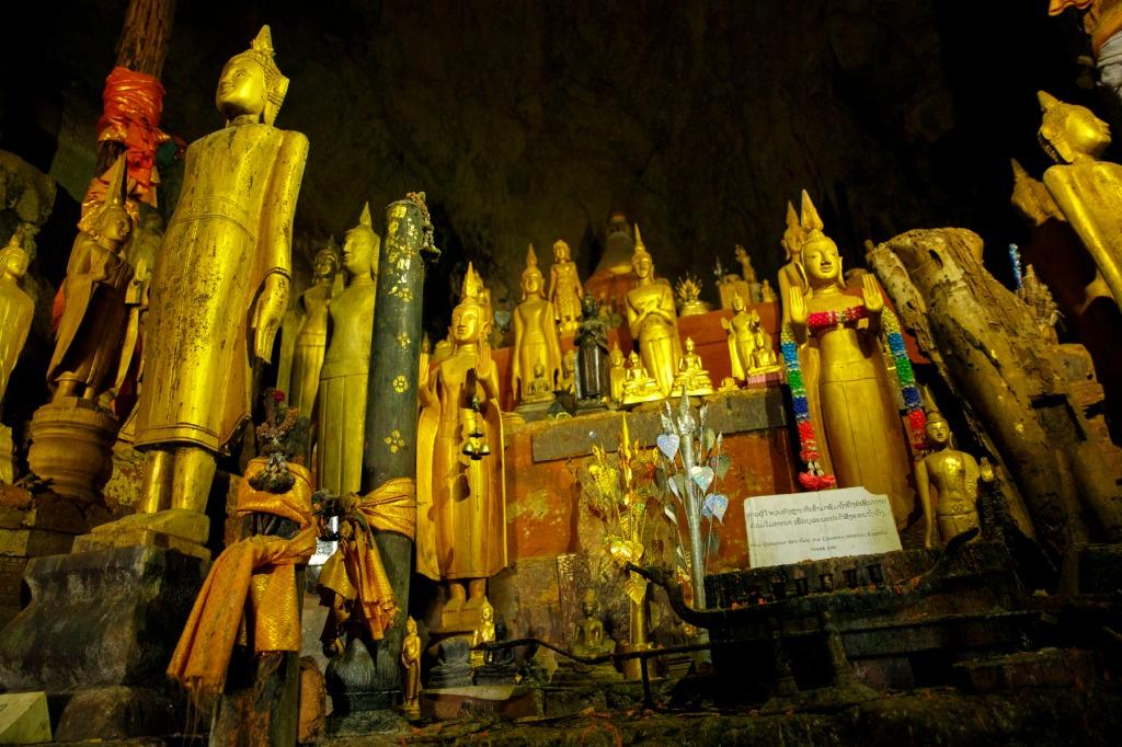 pak ou caveという崖の上にある洞窟の中に4000体の仏がある場所